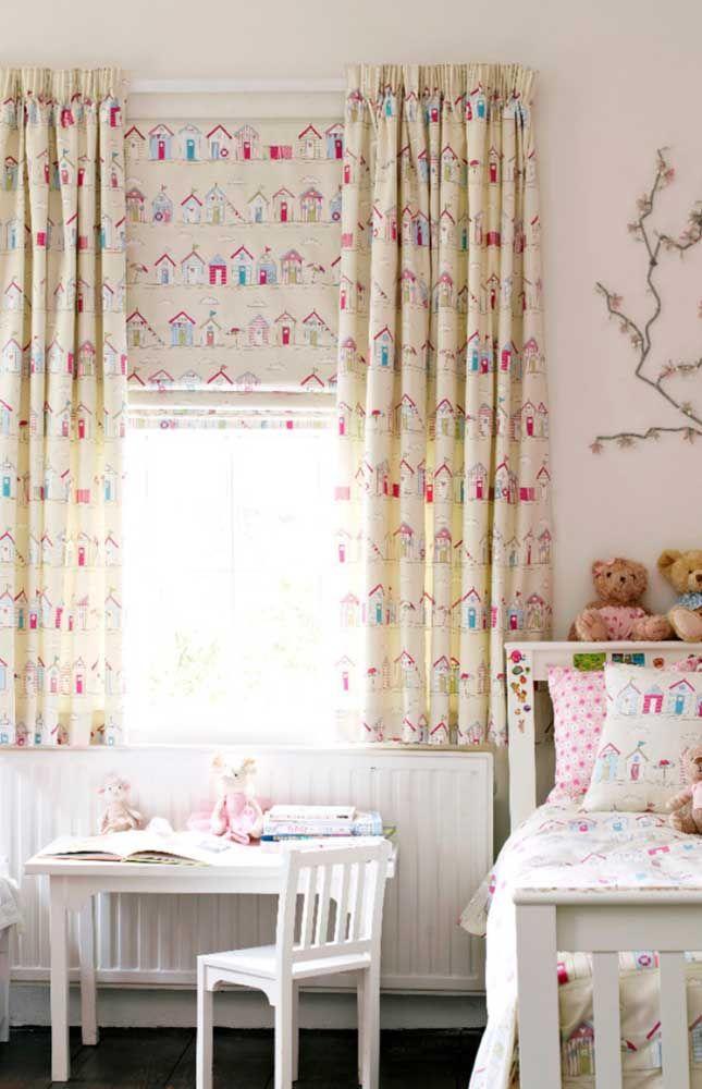 Para o quarto infantil, a sugestão é usar cortina e persiana no mesmo tecido