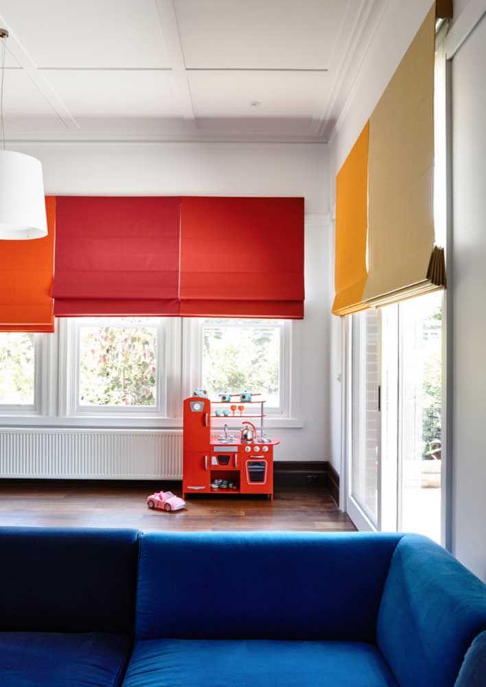 Color block nas persianas romanas para uma sala cheia de personalidade