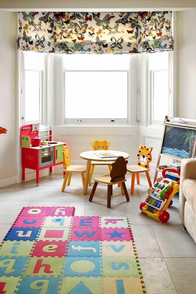 Esse quarto infantil traz uma persiana romana estampada com borboletas de cores e tamanhos variados