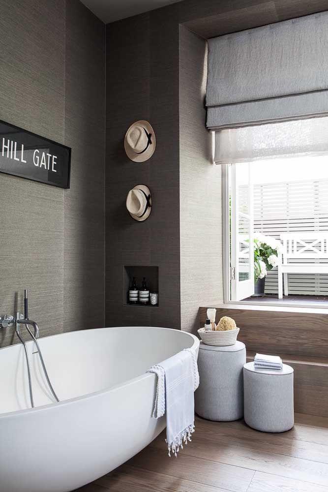 O banheiro de personalidade masculina investiu em um modelo de persiana romana cinza, moderna e elegante