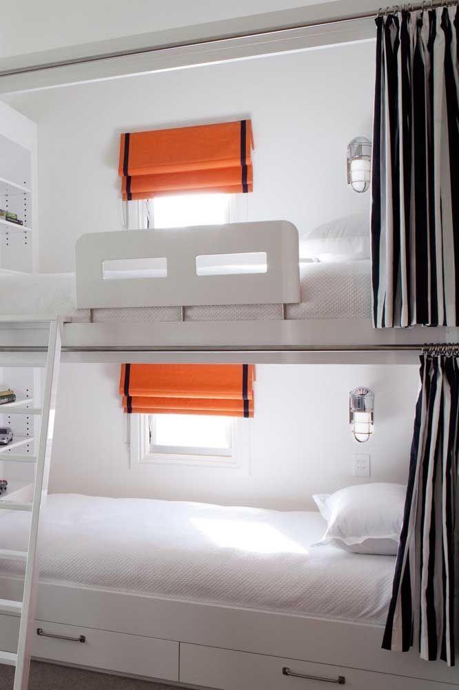 O ponto de cor desse quarto neutro e clean fica por conta da persiana romana laranja