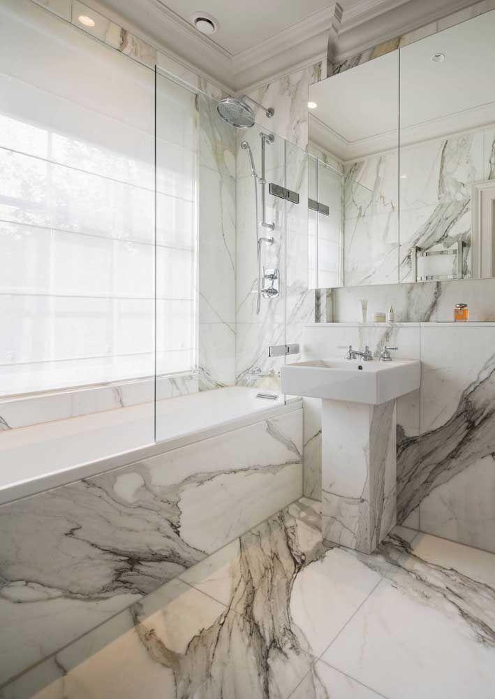 A persiana romana translúcida garante conforto visual e privacidade para o banho de banheira