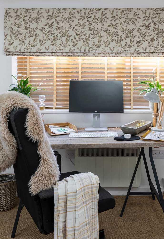 Nesse escritório foram usadas duas persianas: uma de modelo tradicional com lâminas de madeira e outra, do tipo romana, à frente