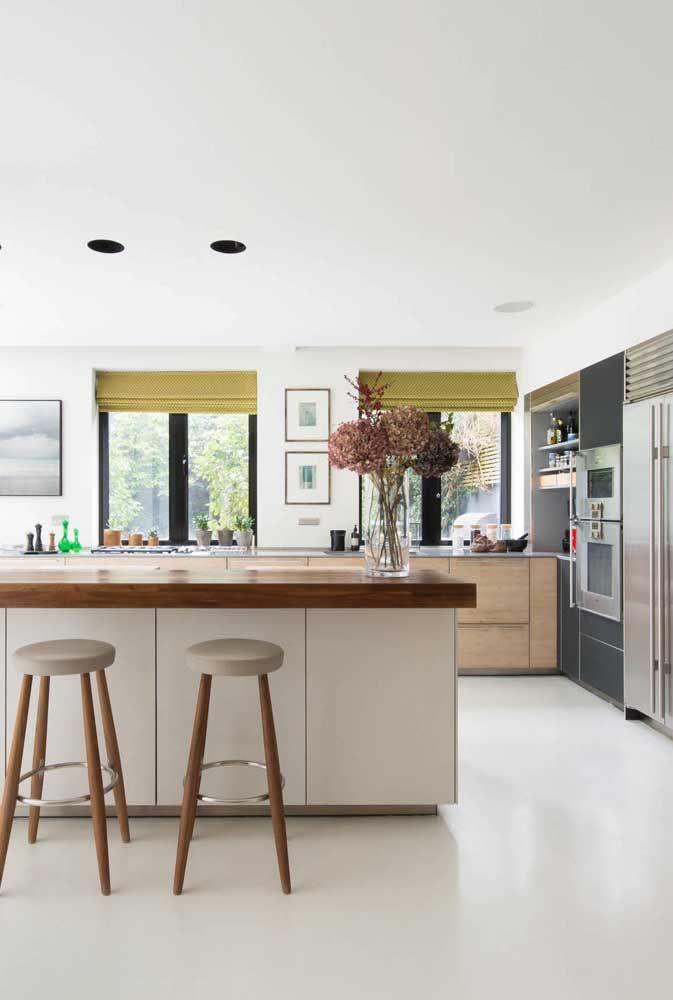 Aproveite o uso das persianas para trazer um pouco de cor ao ambiente