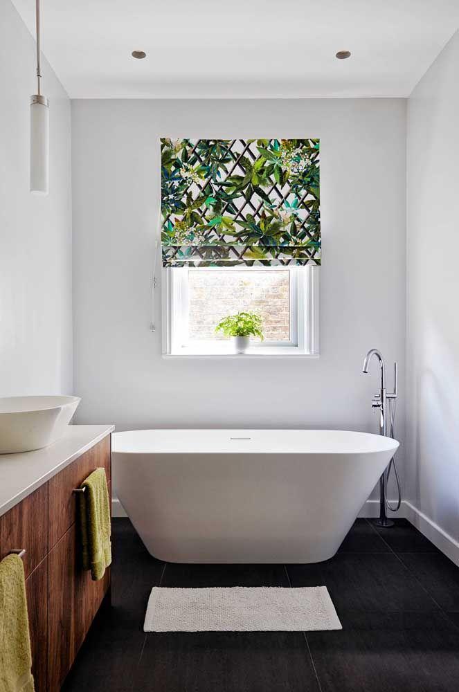 O banheiro branco e clean ganhou ânimo e vida com a persiana romana de estampa tropical