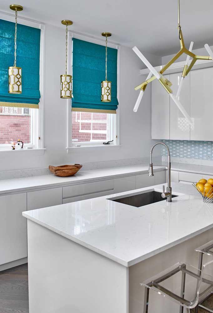 Um azul vivo e alegre na persiana romana para quebrar a monotonia branca da cozinha