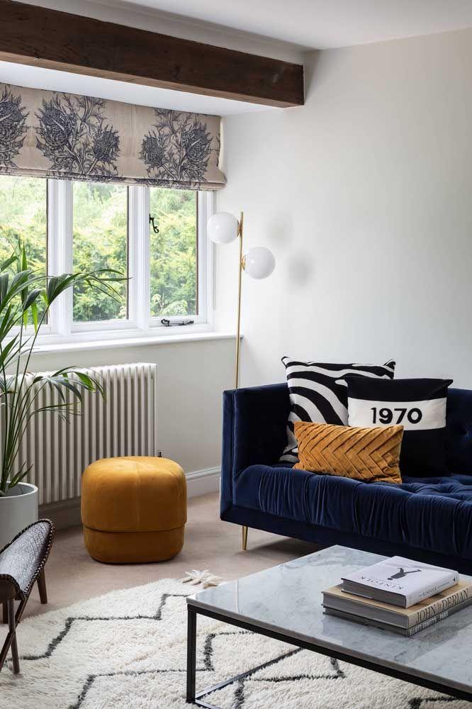 Essa sala de decoração moderna e jovial conta com uma persiana romana de estampa floral, mas com fundo neutro