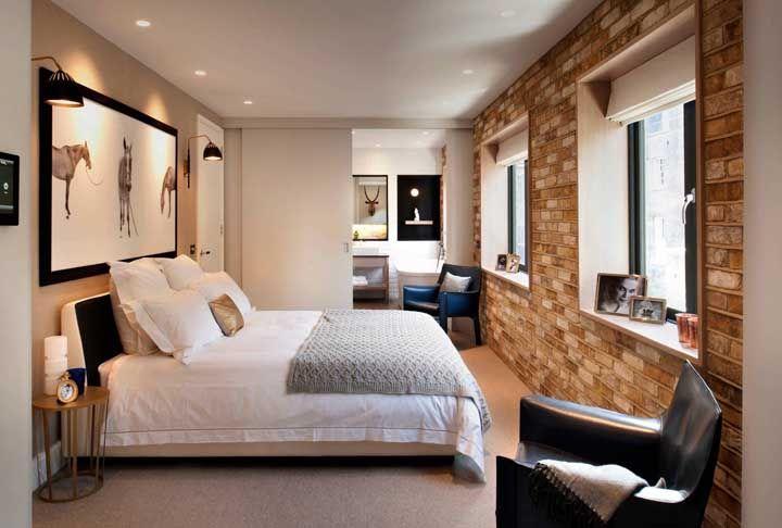 A parede de tijolinhos desse quarto é suavemente contrastada pela persiana romana branca