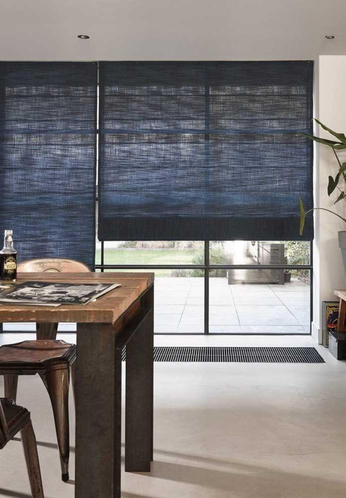E o que acha de um azul marinho para a persiana romana? A cor é o novo preto da decoração