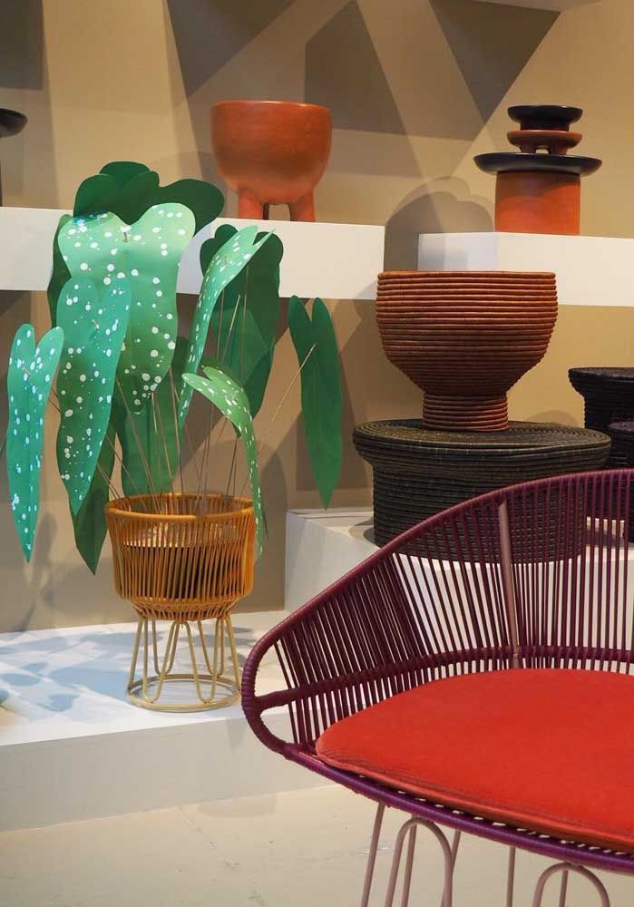 Capriche na escolha do vaso que irá receber a sua begônia; esse aqui da imagem segue o padrão de materiais do restante da decor