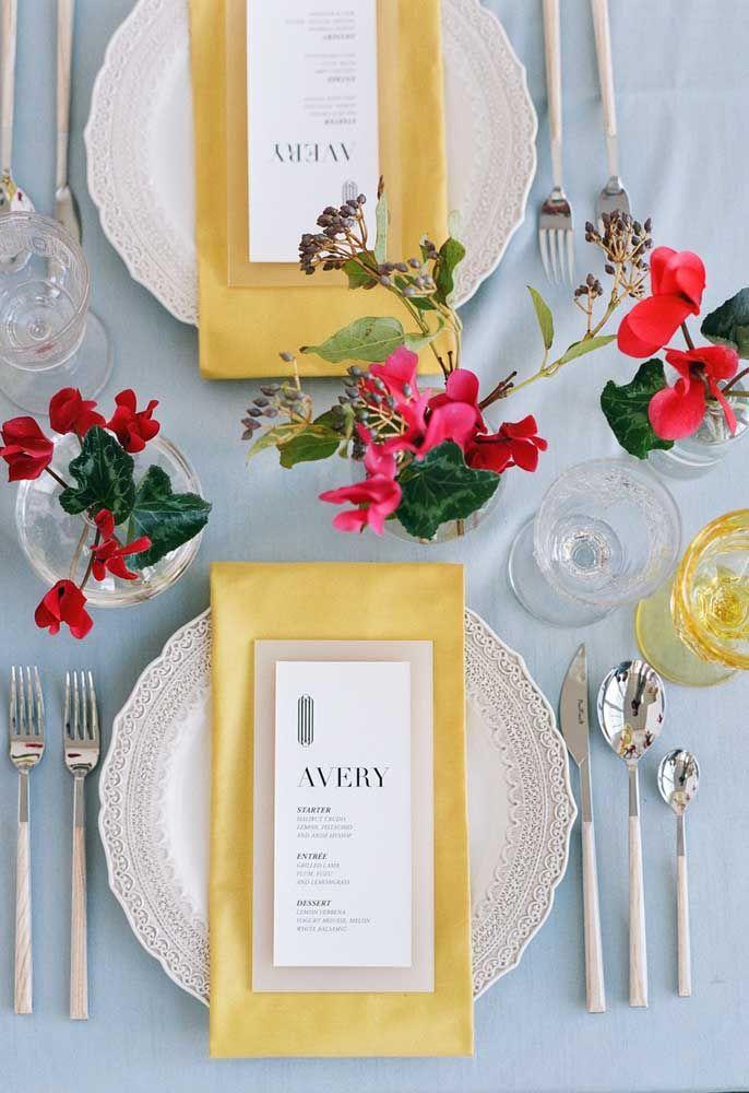 Decoração da mesa de festa com pequenos e delicados vasos de begônias vermelhas