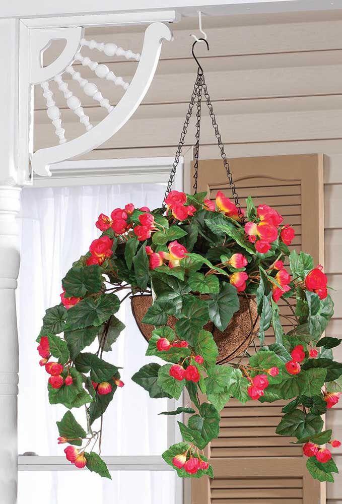 Que tal um vaso de begônias vermelhas suspenso logo na entrada da casa? Uma bela recepção