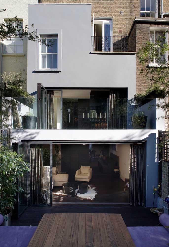 Projeto de casa quadrada com dois andares; a fachada de vidro evidencia o aspecto moderno da construção