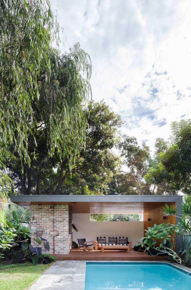 Casa quadrada pequena e simples na beira da piscina