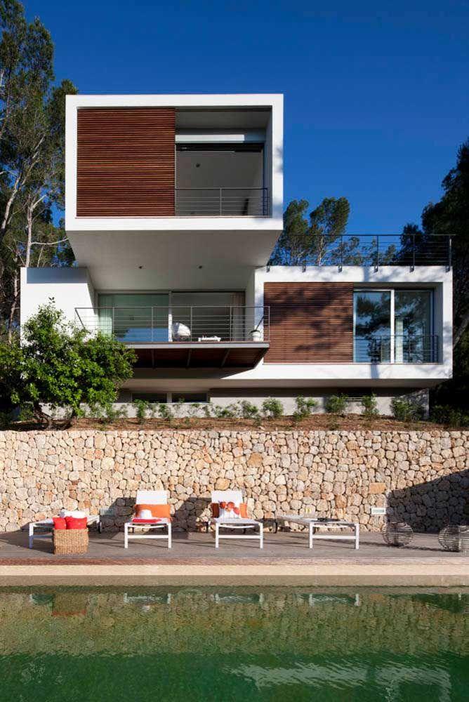 O uso da cor preta na fachada em conjunto com o vidro traz jovialidade e descontração para o projeto