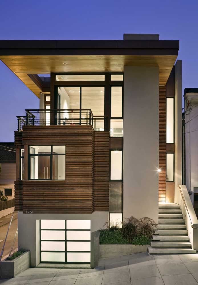 Os diferentes materiais que compõe a fachada ajudam a criar volume na construção