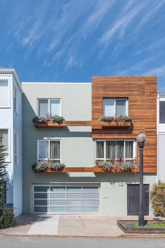 O formato quadrado da casa deixa transparecer o conceito moderno, enquanto a madeira vem para trazer acolhimento e conforto