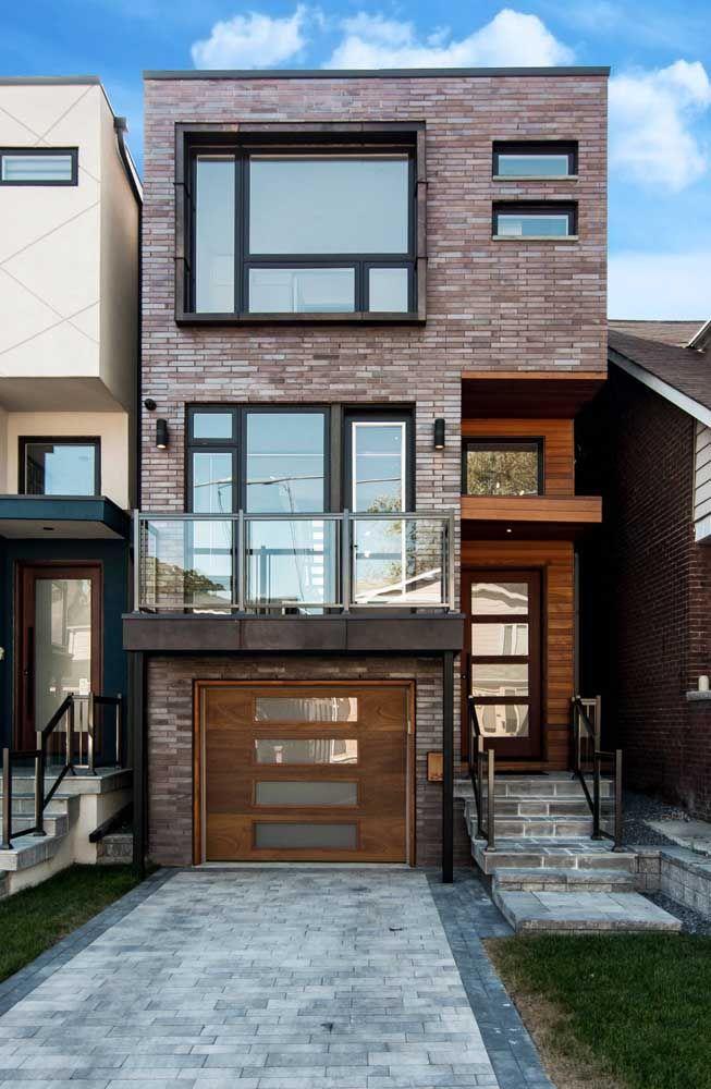 Por aqui são os tijolinhos que trabalham pela estética da casa quadrada; repare que o material, além de moderno, remete ao estilo industrial