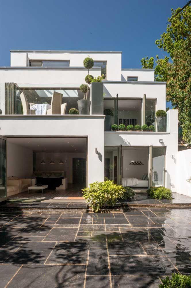 Já essa outra planta de casa quadrada revela diferentes níveis na fachada criando um efeito interessante e moderno