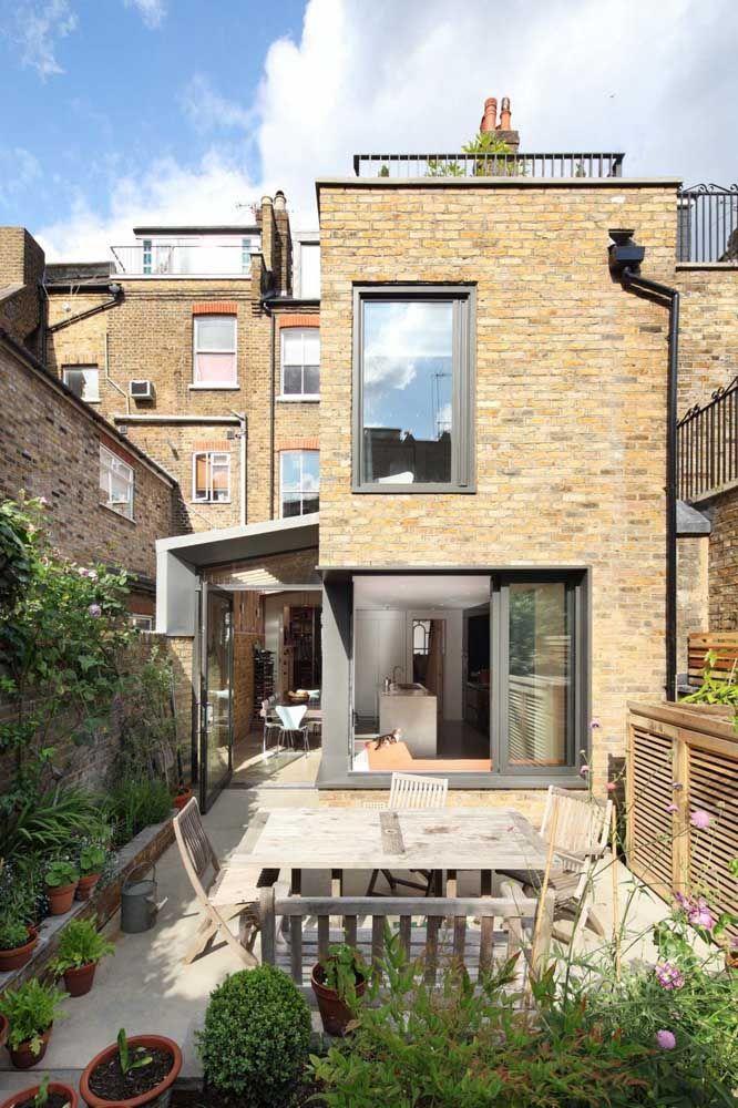 Um quarteirão de casas quadradas revestidas com tijolinho aparente