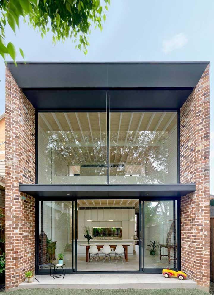 Moderna por dentro e por fora; repare que a fachada prioriza as linhas retas, enquanto o interior zela pela integração total entre os ambientes