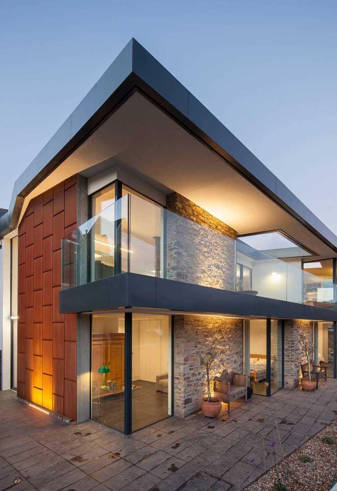 Na dúvida, opte pelo vidro para compor a fachada da casa quadrada