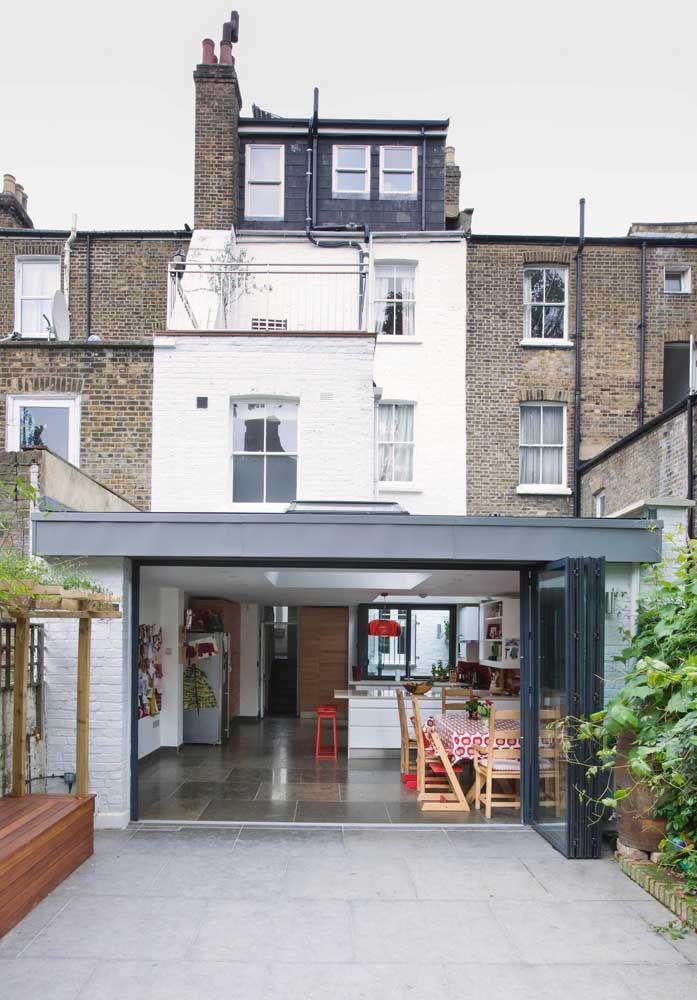 Casa com jeito londrino em um formato quadrado de dois andares