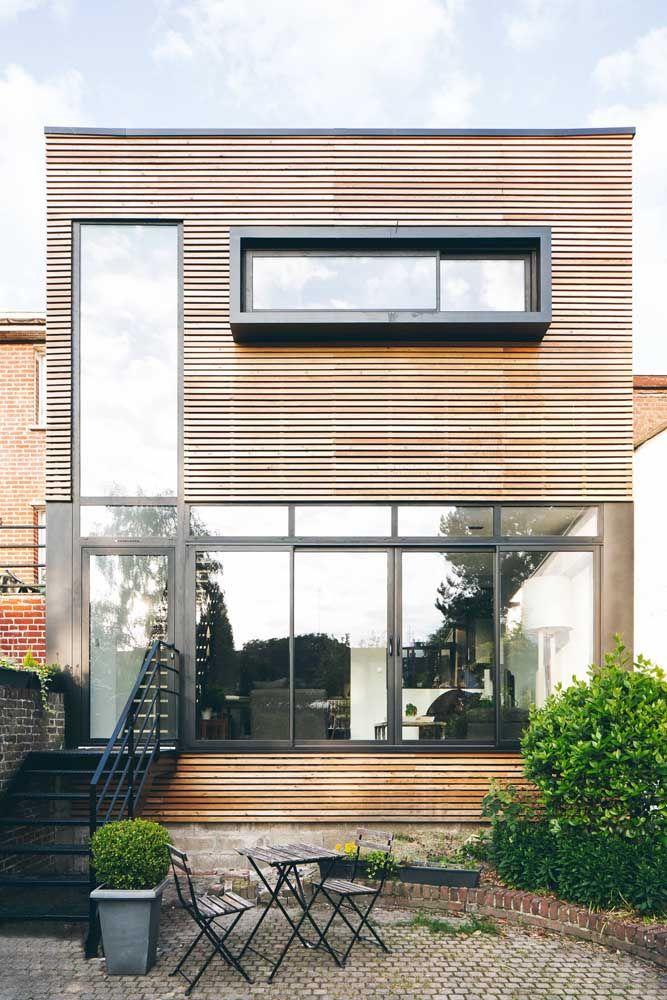 As ripas de madeira estão fazendo sucesso, ainda mais quando usadas em fachadas de casas