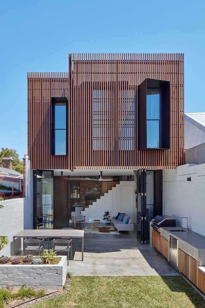 Casa quadrada de dois andares; destaque para a ênfase que foi dada a entrada de luz natural e a integração entre os ambientes