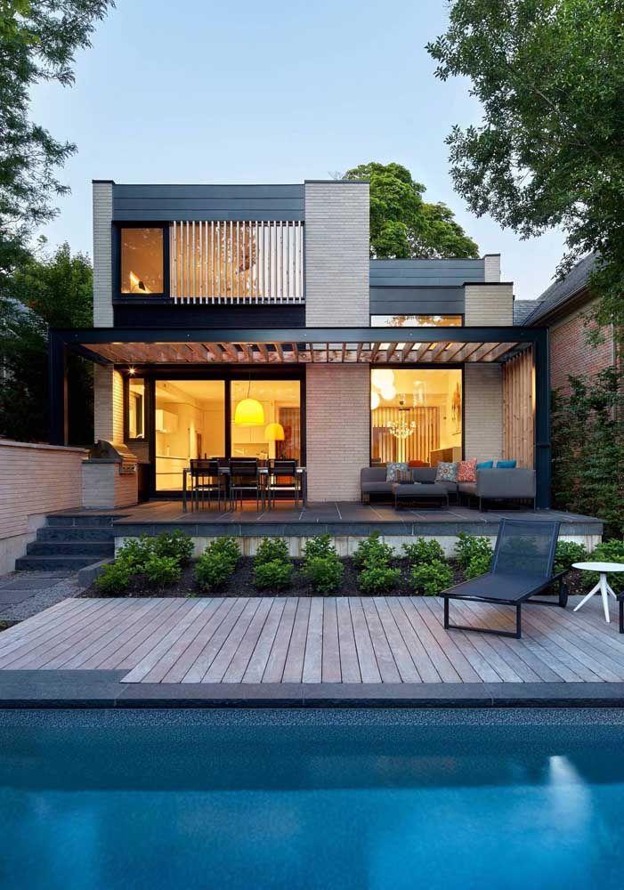 Olha o charme desse projeto de casa quadrada com pergolado; conforto garantido na área externa