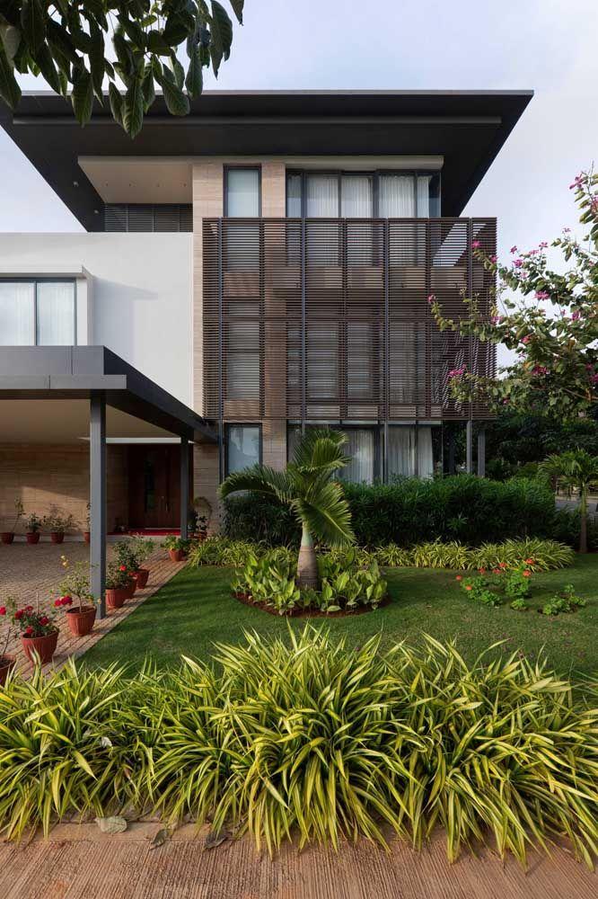 Casa quadrada com jardim