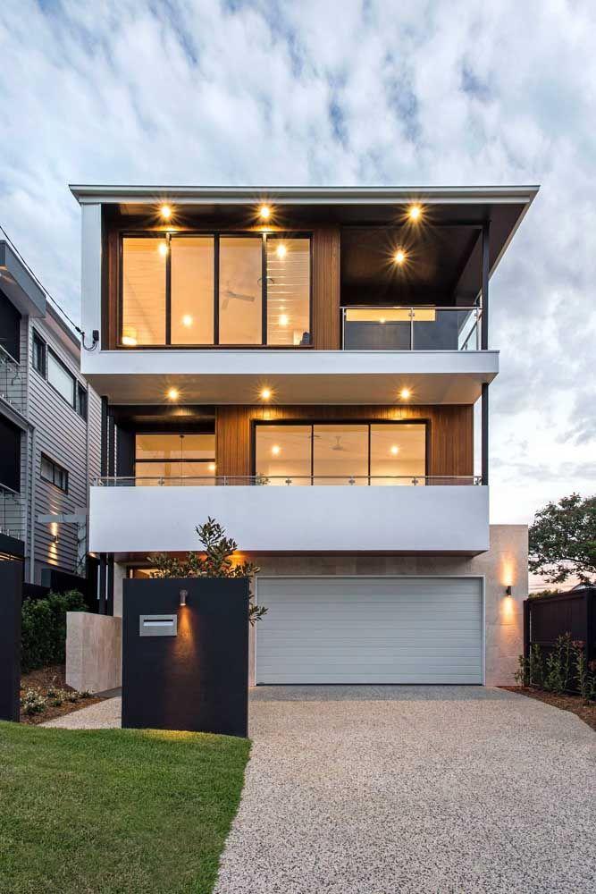 Luzes indiretas para criar formas e volumes diferenciados na fachada da casa quadrada