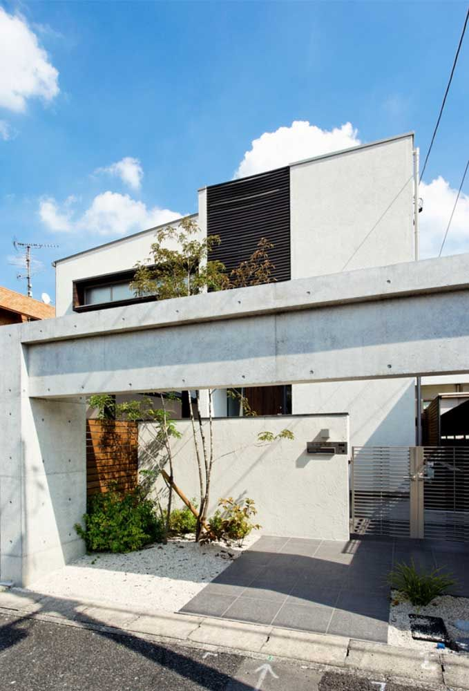 A moldura quadrada feita com concreto aparente fecha essa proposta de casa quadrada