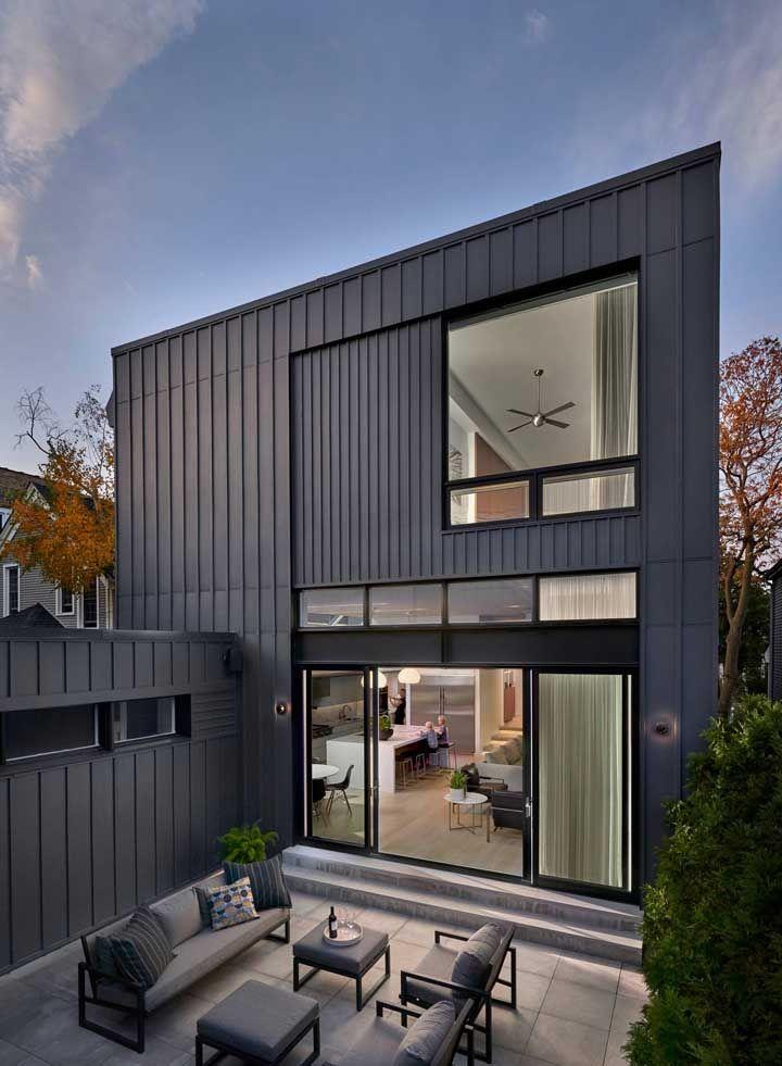 O grau máximo de modernidade que uma casa quadrada pode atingir é ser revestida com chapas metálicas, semelhante a um container