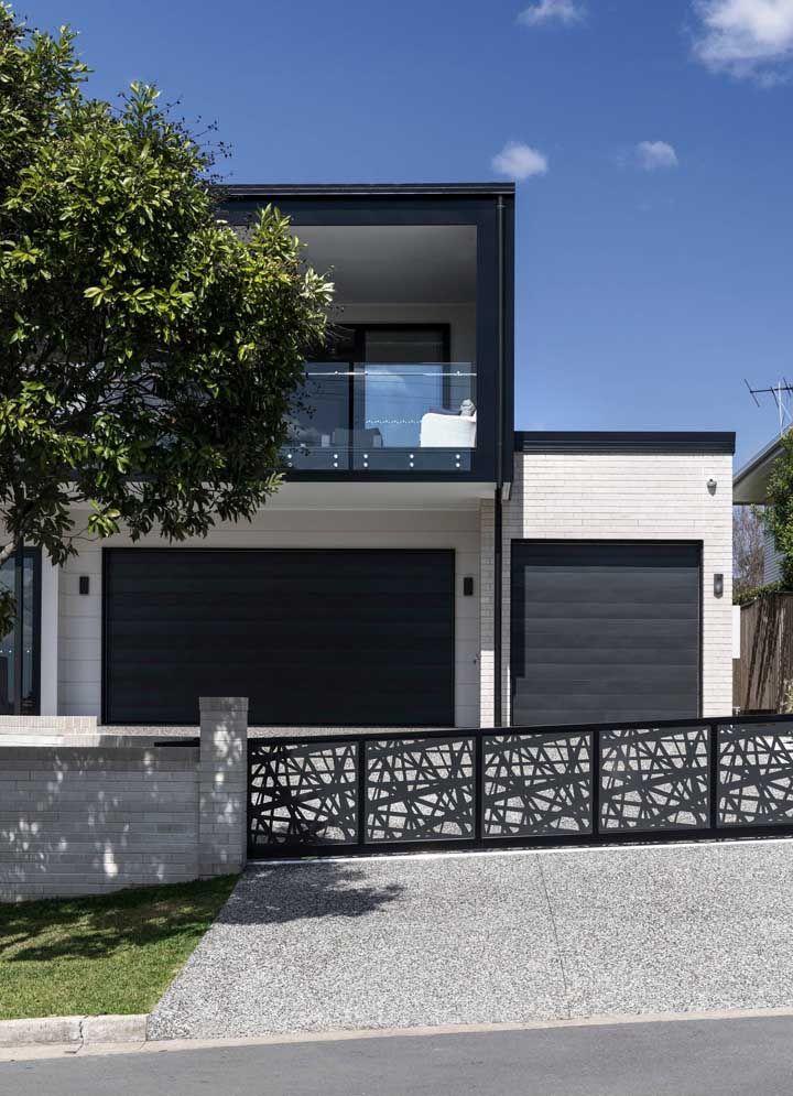 O preto e o branco formam uma combinação perfeita nessa fachada quadrada