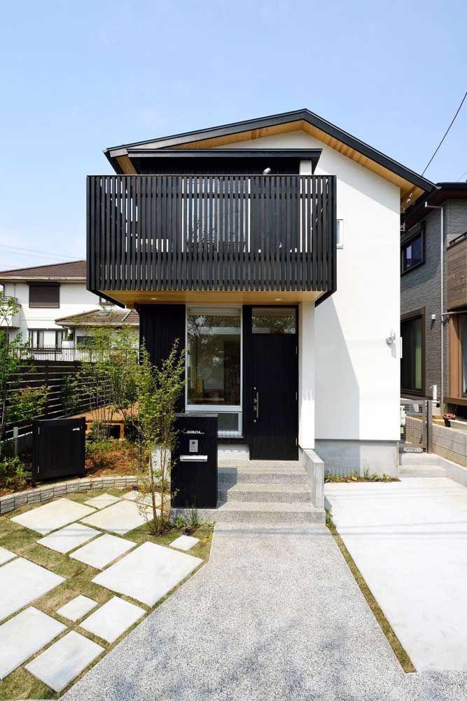 A grande varanda que se estende até a porta de entrada, sem o uso de nenhuma viga, é o destaque dessa planta de casa quadrada