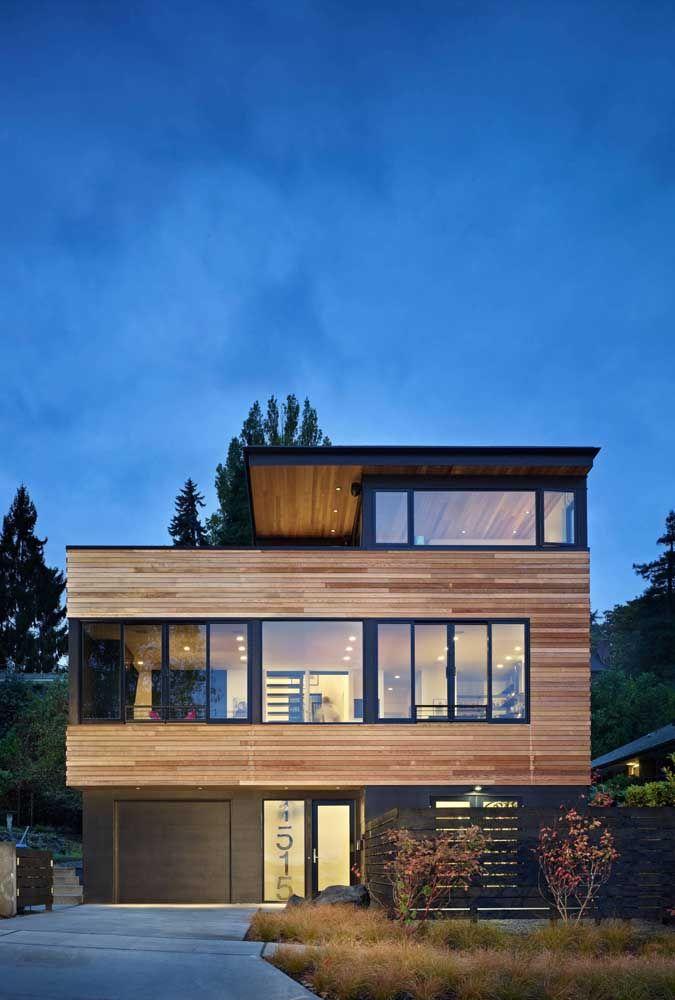 Mesmo com traços modernos, a casa revestida com madeira se torna atemporal