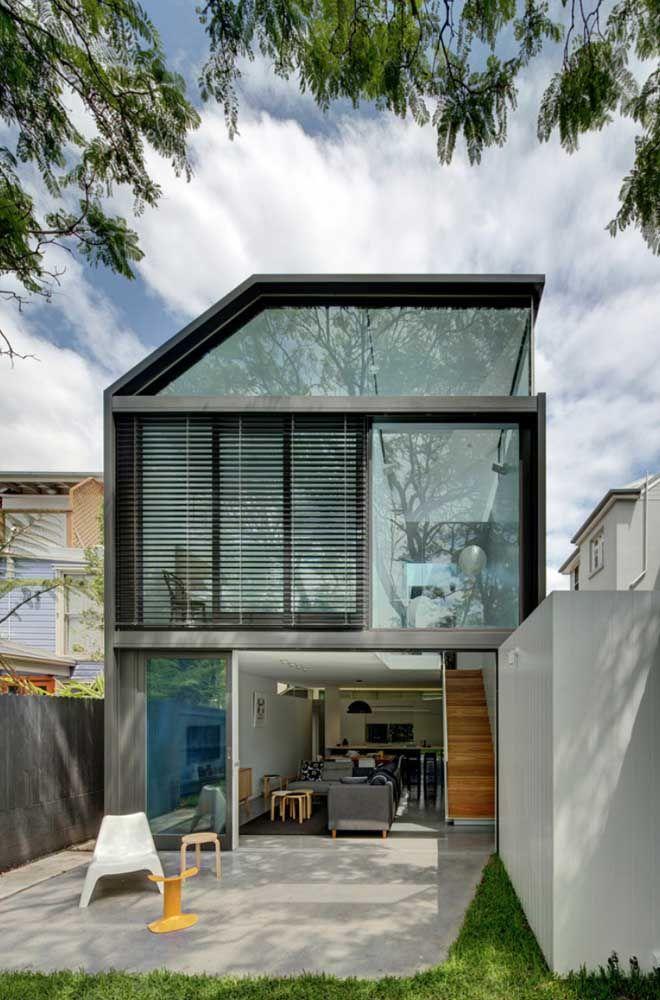 Aço e vidro na construção dessa casa quadrada moderna e original