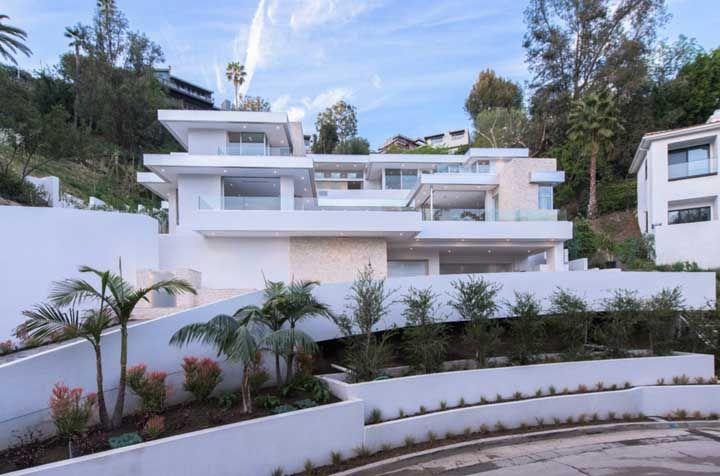 Para quem gosta de projetos luxuosos e arrojados, essa casa quadrada é um deleite