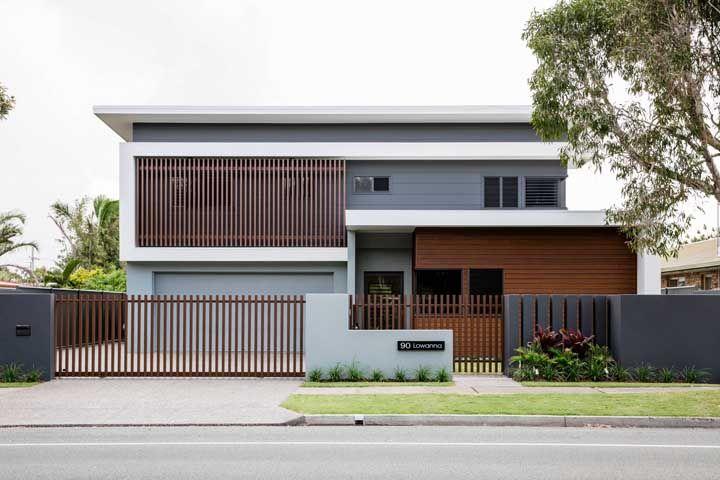 Sobriedade e elegância marcam a fachada dessa construção quadrada e moderna