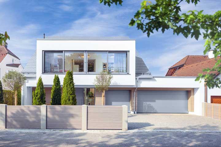 O telhado quebra a hegemonia das linhas retas desse projeto de casa quadrada