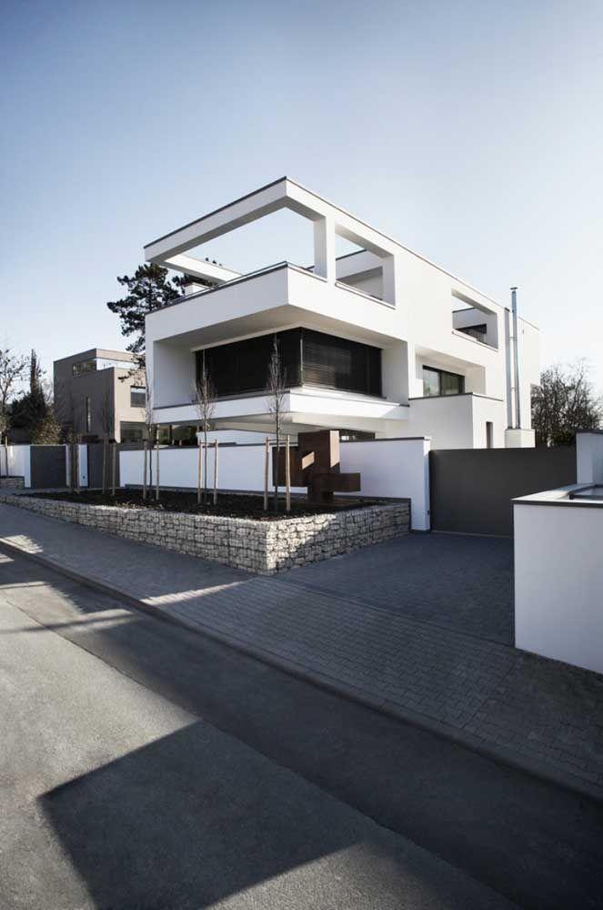 Para ser moderna não basta ser quadrada, precisa ter grandes vãos, assim como essa casa da imagem