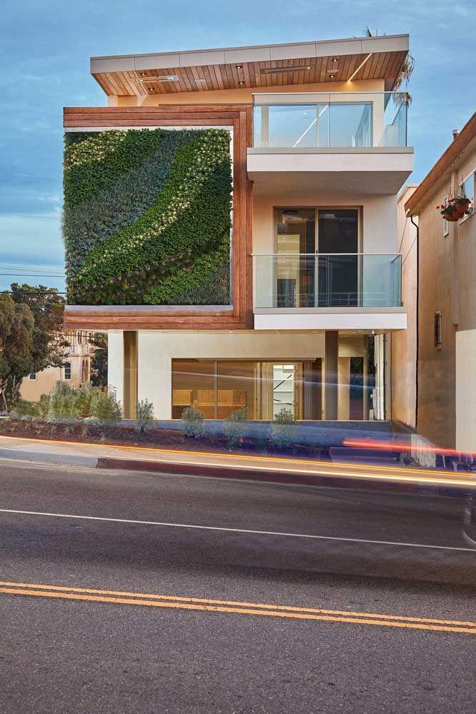 O jardim vertical traz um pouco da vida e da alegria verde para a fachada dessa casa quadrada