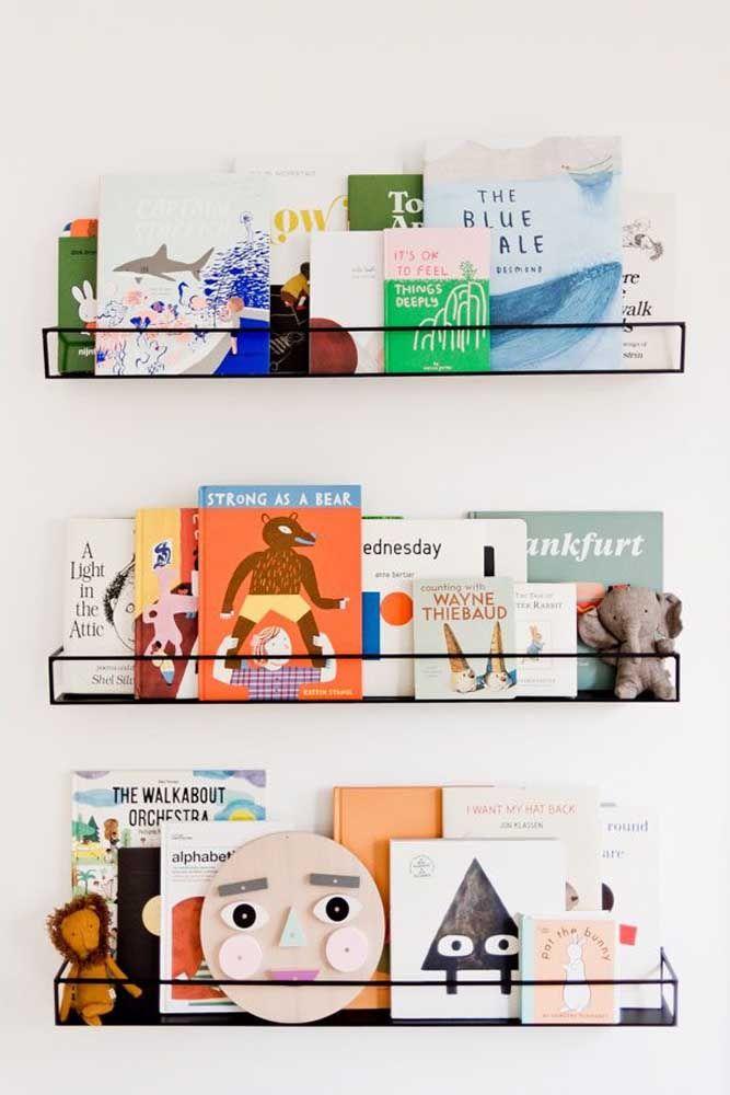 A prateleira aramada preta organiza os livros infantis com discrição e delicadeza