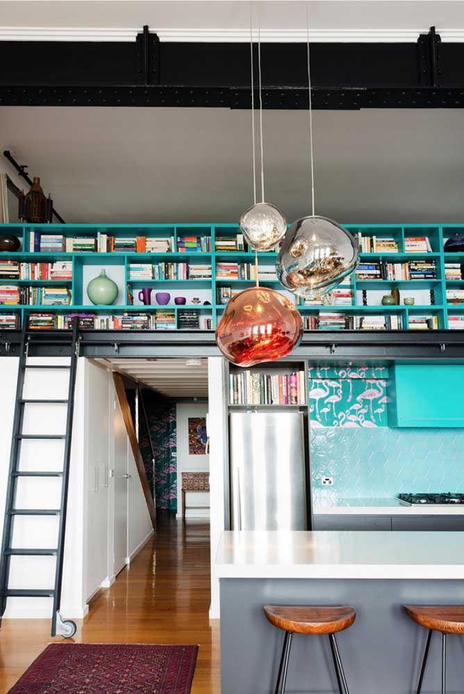 O pé direito duplo dessa casa foi valorizado com o uso das prateleiras para livros