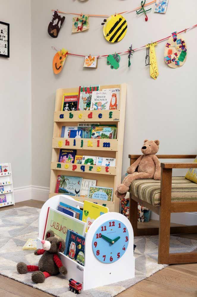 Prateleira para livros na altura da criança; o alfabeto colado no móvel é lúdico, pedagógico e ainda completa a decoração