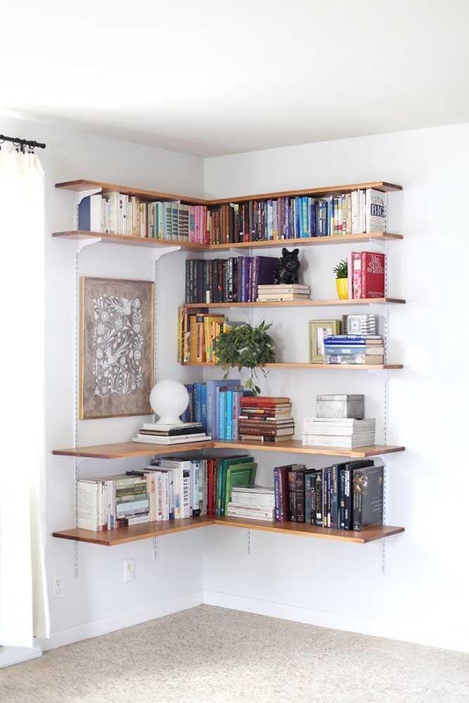 Prateleiras de canto aproveitam melhor os espaços e comportam uma quantidade maior de livros