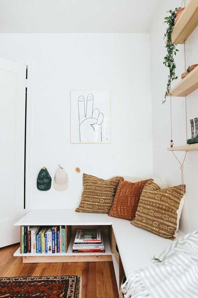 Aqui, prateleira para livros e sofá se combinam para oferecer momentos únicos de descanso