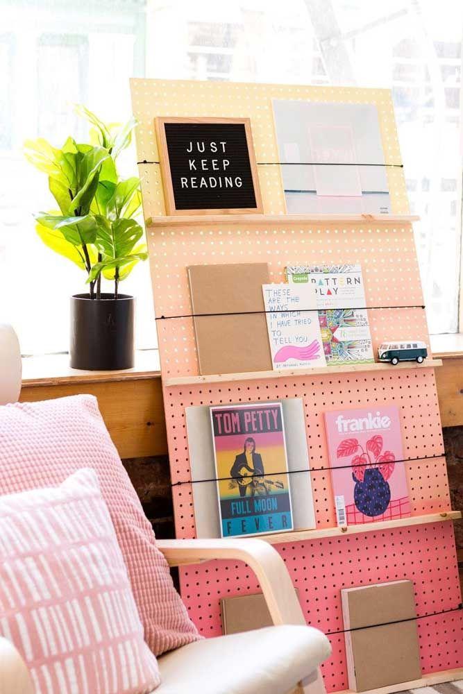 A dica aqui é fazer uma prateleira para livros para sala usando uma placa de Eucatex e tiras de elástico: ideia criativa e original