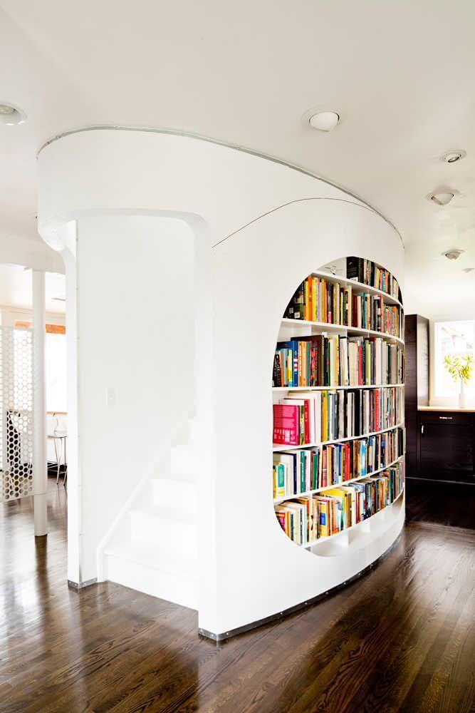 O nicho embutido para livros garante ainda mais destaque para essa divisória curva